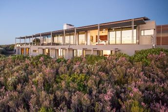 web-grootbos-accommodation-villa-exterior.jpg