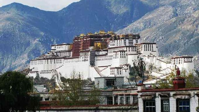 1 Tibet - Potala Palace from the roof of the Jokhang Temple - Lhasa.jpg
